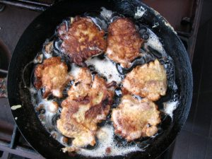 frying-food-in-pan-1528572-640x480